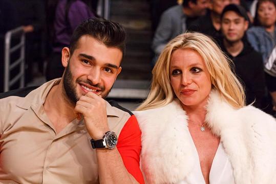 Zrušení účtu přišlo pár dní po oznámení zásnub se Samem Asgharim.