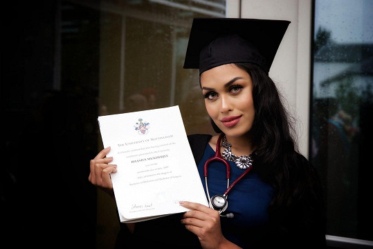 Kráska, která se narodila v Indii, vystudovala medicínu.
