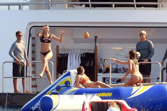 Stalloneho holky si užívaly na jachtě s kamarádkami.