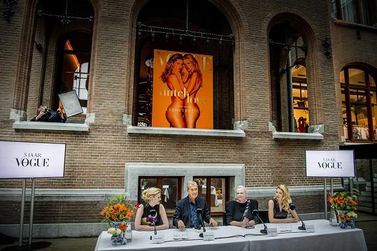 Zleva: modelka Lara Stone, fotograf Mario Testino, šéfredaktorka Karin Swerink a modelka Doutzen Kroes