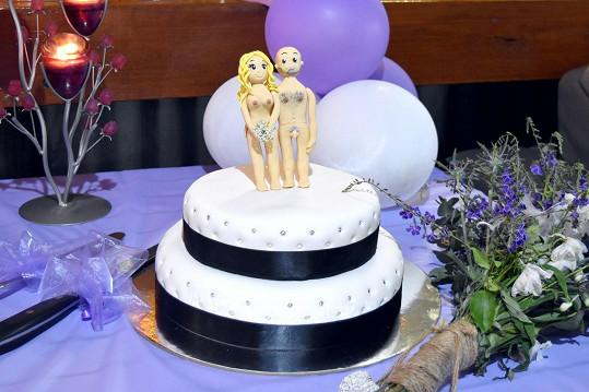 Jak ale vidíte, nebyl to úplně obyčejný dort. Byl také naturistický. Ostatně jako rezort v němž svatbu měli.