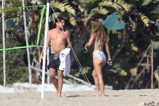 Leo s Ninou na pláži v Malibu