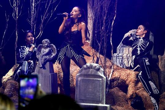 Ariana Grande si v minulosti zahrávala s tematikou smrti.