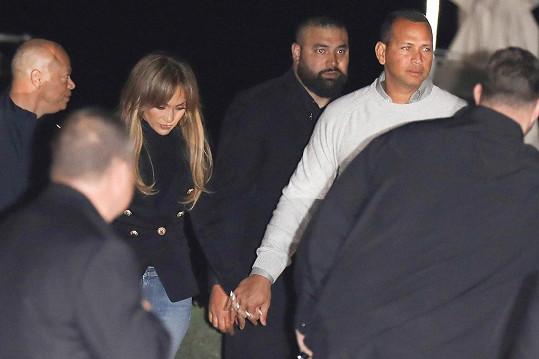 Jennifer Lopez nedávno potvrdila vztah s Alexem Rodriguezem. Snaží se jej ale držet za hradbou bodyguardů.