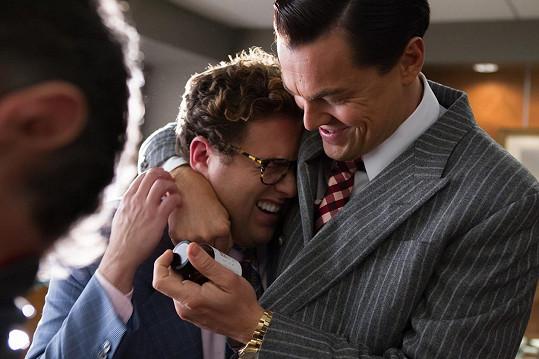 Fanoušci Hilla znají mj. z filmu Vlk z Wall Street, za který byl nominovaný na Oscara. Na snímku s Leonardem DiCapriem