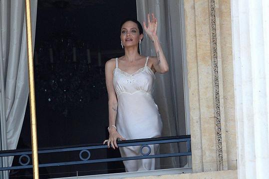 Angelina vypadá v negližé stále skvěle.