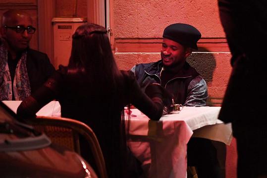 Naomi s Usherem na večeři v pařížské restauraci