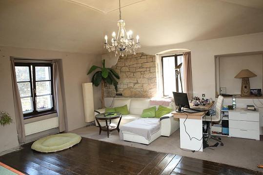 V prostorném obývacím pokoji nechybí pracovní stůl, kde moderátor upravuje dabingové dialogy.