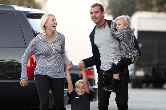 Mindy Mann s Gavinem Rossdalem a jeho syny
