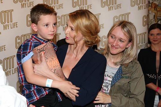 Ivana držela malého Vojtu v náručí.