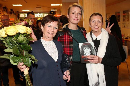 Anička Polívková zapózovala se svou tetičkou Julií (vlevo) a maminkou Evelynou Steimarovou.