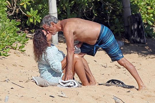 Pierce Brosnan a jeho žena Keely Shaye Smith pobývají na Havaji už delší dobu.