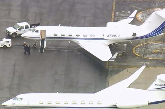 Letadlo, které si parta pronajala, mělo potíže s podvozkem.