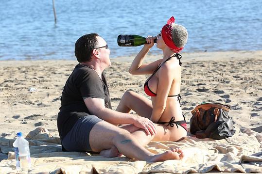 Manželé si na pláži udělali pohodičku s lahví sektu.