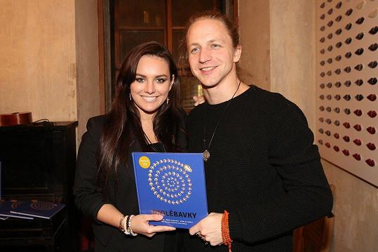 Tomáš Klus a Ewa Farna pokřtili knížkodesku pro rodiče a děti Ukolébavky.