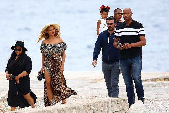 Čerstvě čtyřiatřicetiletá zpěvačka s rodinou vyrazila na dovolenou na jih Evropy.
