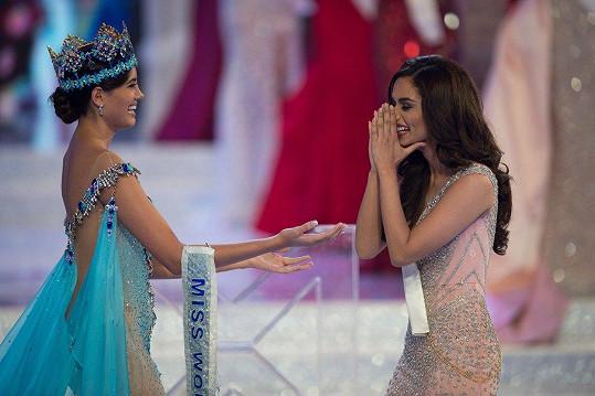 Vítězství nečekala. Šerpu a korunku převzala od loňské Miss World Stephanie Del Valle.
