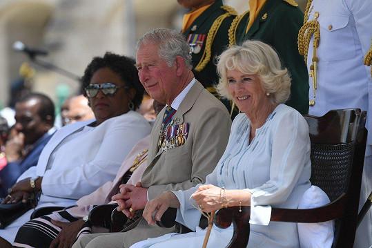 Doprovází ho manželka Camilla.