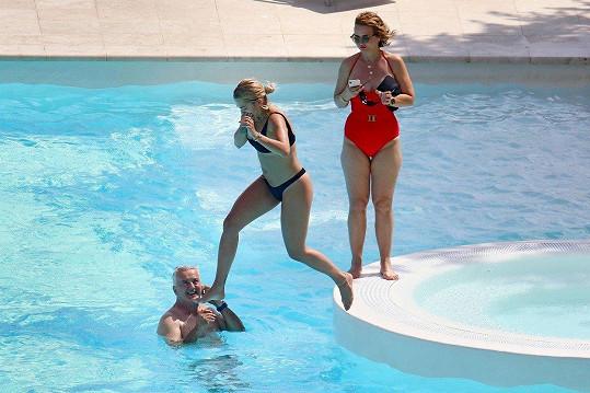 V bazénu řádil i zpěvaččin otec Besnik.