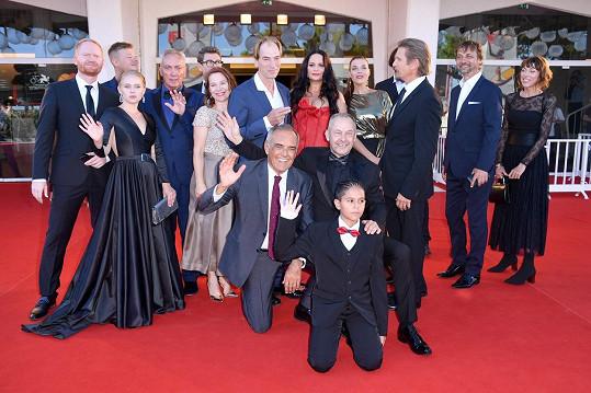 Film Nabarvené ptáče do kina doprovodila početná delegace.