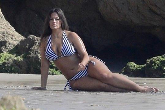 Na pláži v Malibu pózovala hned v několika modelech.