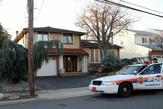 Policie před domem zpěvaččina bratra.