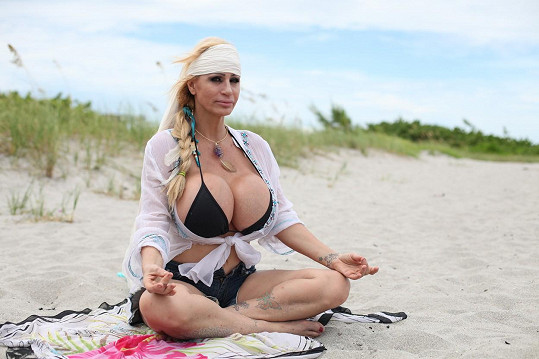 Lacey Wildd při meditaci