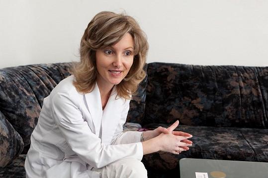 Doc. MUDr. Monika Arenbergerová, Ph.D. je dermatoložkou, vědkyní a pedagožkou.