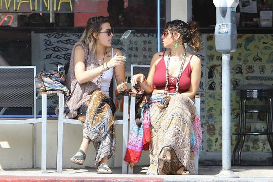 Tady ji paparazzi zachytil, jak si dává cigáro s kamarádkou před svým oblíbeným tetovacím salonem.