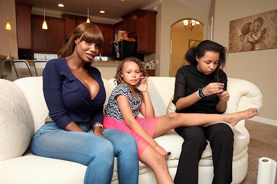 Nina s dcerami Julianou (9) a Ymahni (12), které by si také rády jednou našly skutečného gentlemana.