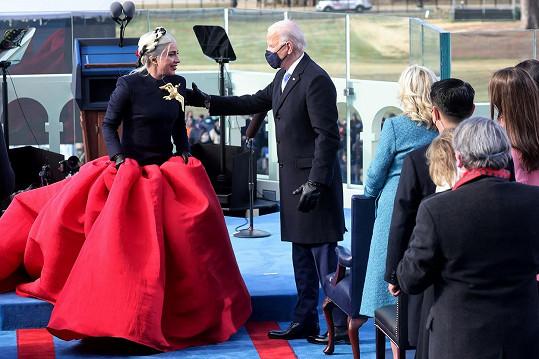 Joe Biden děkoval zpěvačce za její originální přednes hymny.