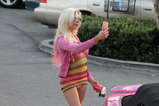 V lascivním oblečku si udělala selfie.