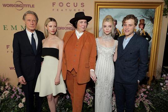 Hlavní představitelé filmu Emma s režisérkou Autumn de Wilde (uprostřed). Zleva: Bill Nighy, Mia Goth, Anya Taylor-Joy, Johnny Flynn