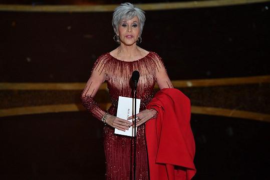 Na letošních Oscarech se poprvé objevila s šedivými vlasy.