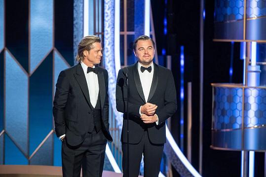 Vzdal hold i kolegovi z filmu Tenkrát v Hollywoodu Leonardu DiCapriovi.