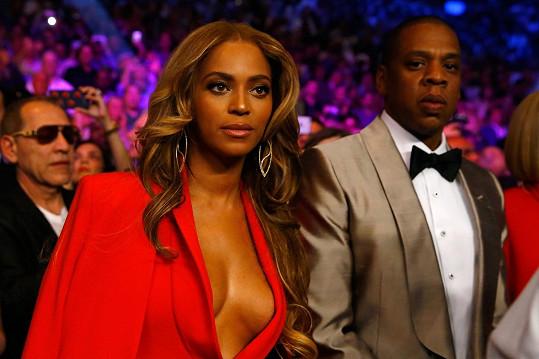 Jay-Z se snažil propíchnout pohledem každého, kdo spočinul zrakem na jeho překrásné ženě.