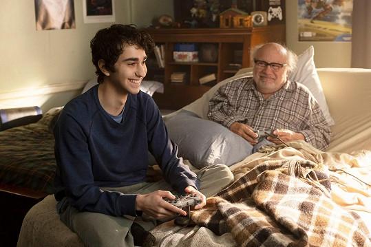 Wolff a DeVito si zahráli dědečka s vnukem.