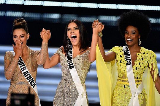 Vítězka Miss Universe Demi-Leigh Nel-Peters (vlevo) s druhou Jamajčankou a třetí Kolumbijkou