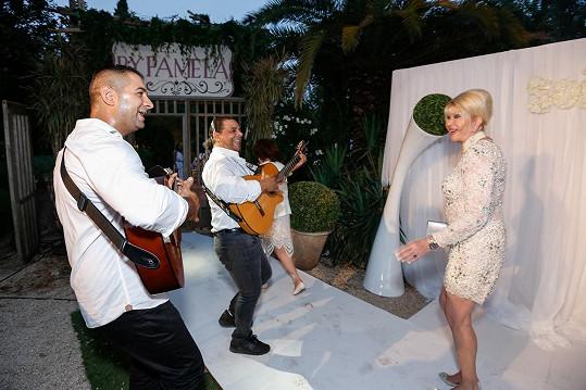 Ivanu na hostině pořádané jejími přáteli přivítali zpěvem.