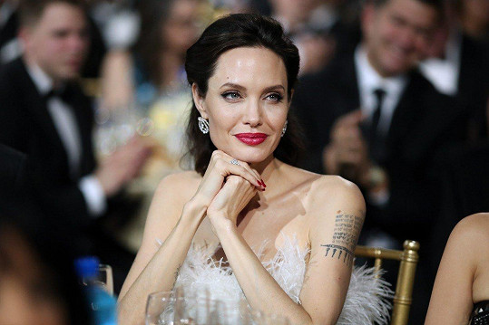 Jolie je krásná, ale pár kil navíc by jí prospělo.
