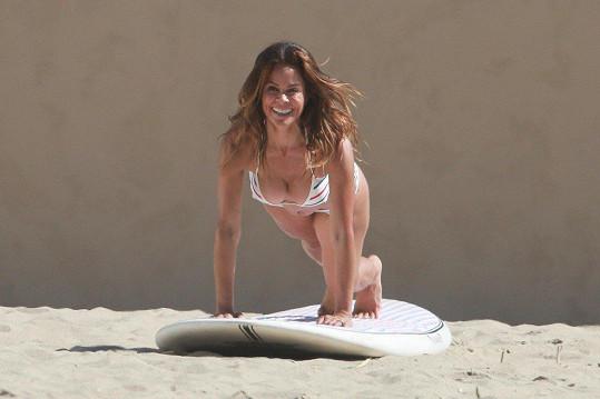 K tomu, aby ve svých šestačtyřiceti takhle vypadala, jí prý stačí jóga...
