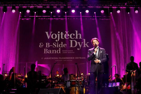 Vojta Dyk s kapelou B-Side Band, kterou založil Josef Buchta.
