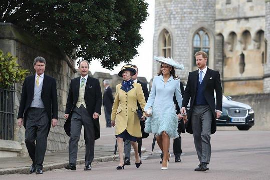 Harry (vpravo) se přidal k Sophii Winkleman a dalším hostům.