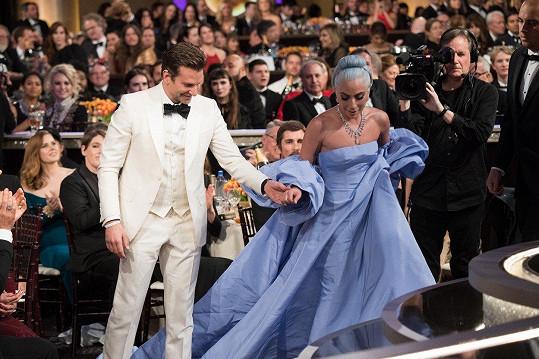 Cooper pomohl na pódium filmové partnerce Lady Gaga.