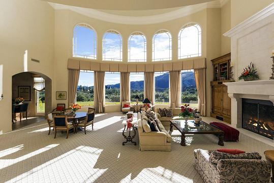 Foyer s francouzskými okny je dominantou celého domu.