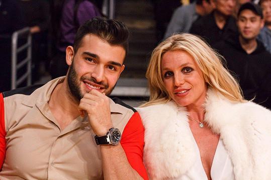 Britney vedle něj vypadá šťastně.