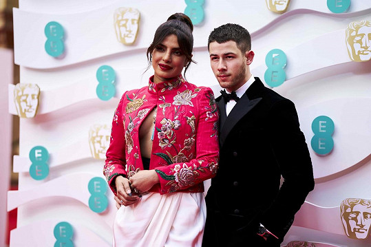 Priyanka Chopra a Nick Jonas zapózovali před Royal Albert Hall.