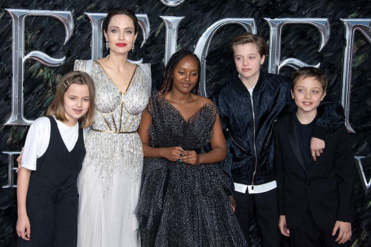 Herečce jsou oporou a také její hlavní prioritou. Na snímku zleva: Vivienne, Angelina, Zahara, Shiloh a Knox.