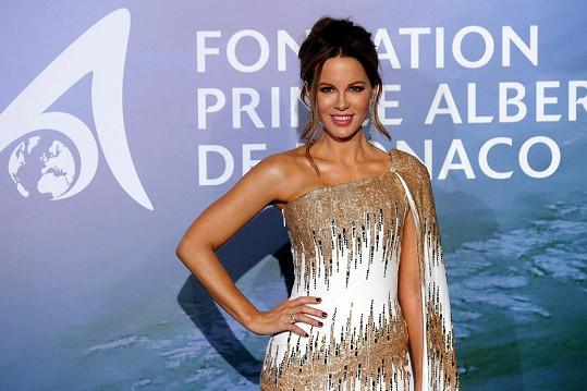 Kate Beckinsale přiznala potrat a zastala se truchlící modelky Chrissy Teigen.