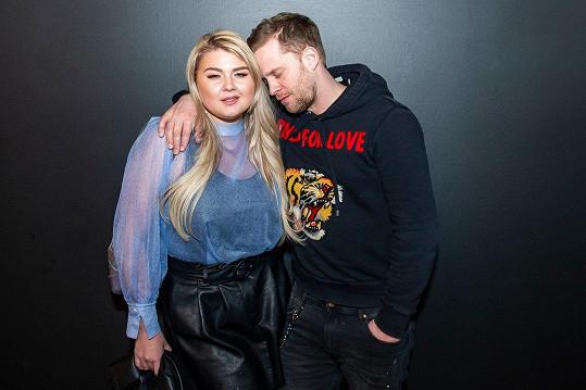 Takhle hezky se objímali na premiéře nové komedie LOVEní Evelyn Kramerová a Jakub Prachař.